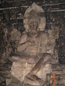 இந்தோனேசியாவின் மத்திய ஜாவாவில் அமைந்துள்ள போரோபுதூருக்கு அருகில் உள்ள புராதன மெந்துத் விகாரத்தினுள் காணப்படும் வஜ்ரபாணி - ஐந்தாம் நூற்றாண்டு
